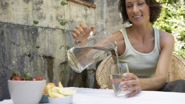 Costruisci il tuo benessere iniziando da un bicchiere d'acqua