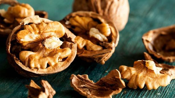 Mangiare noci aiuta a combattere il colesterolo negli anziani