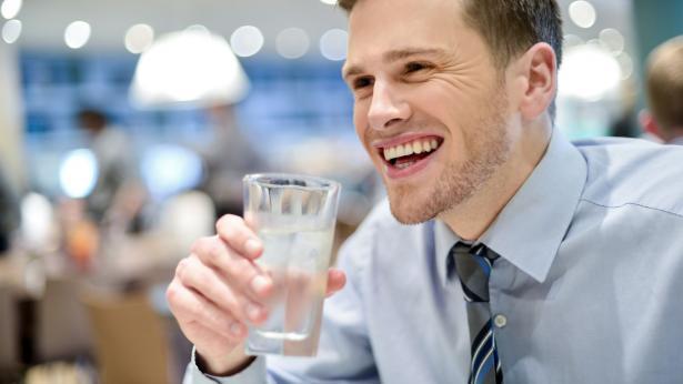 Acqua Minerale Per Un Sorriso Smagliante! Idratarsi Fa Bene Anche Ai Denti