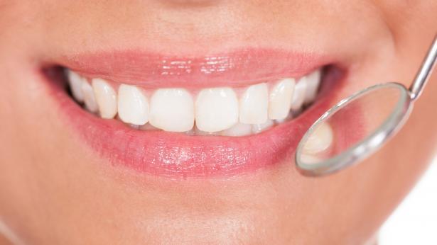 Denti bianchi: sbiancamento fai da te e professionale
