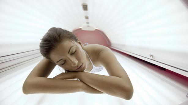 Lampade, docce e lettini abbronzanti: consigli per evitare rischi e pericoli