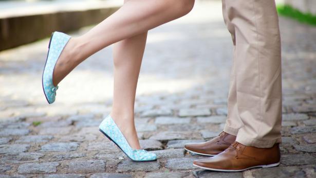 Formicolii e crampi alle gambe, i primi sintomi delle vene varicose