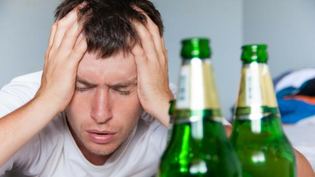 Mal di testa da alcol: i rimedi post sbornia