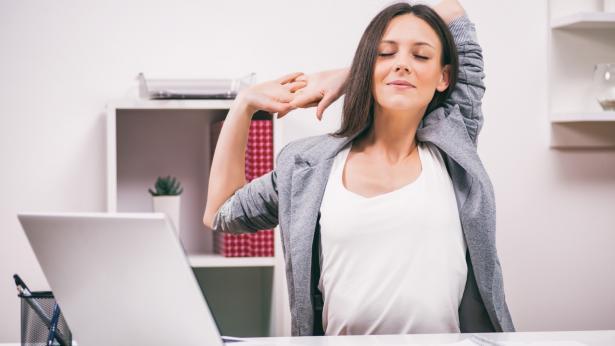 Ginnastica da ufficio: gli esercizi da fare alla scrivania