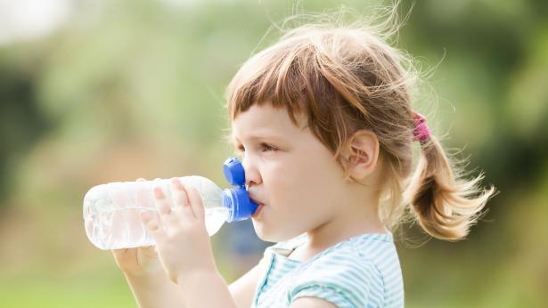 Disidratazione e problemi respiratori, i rischi per i bambini in estate