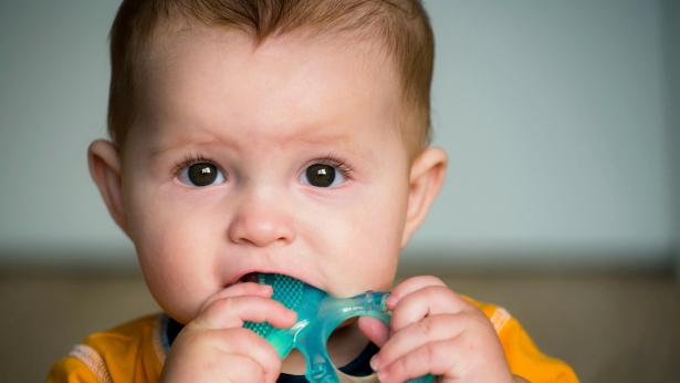 Primo dentino nel neonato: sintomi, rimedi ed eventuali ritardi