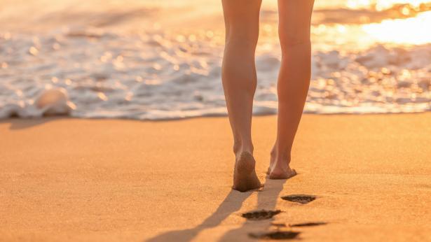 Beach walking, perché fa bene camminare in spiaggia?