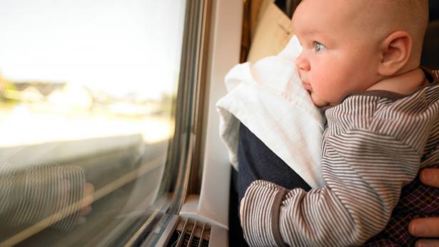 Viaggiare con un neonato: i consigli per vacanze in sicurezza