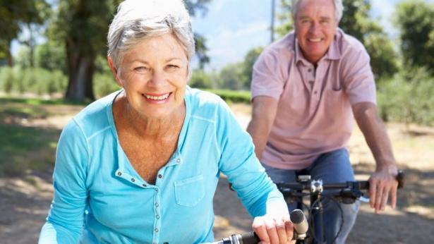 Camminare e andare in bici fa bene al cuore degli anziani