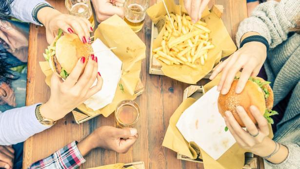 Dieta mediterranea in crisi: è invasione di junk food