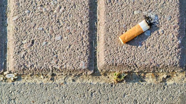 I mozziconi di sigaretta danneggiano l'ambiente e la salute