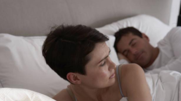 Svegliarsi di continuo ha effetti peggiori di una notte insonne