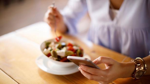 No agli smartphone a tavola, impediscono una corretta masticazione