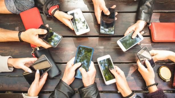 Tech Neck, quando le rughe dipendono dallo smartphone